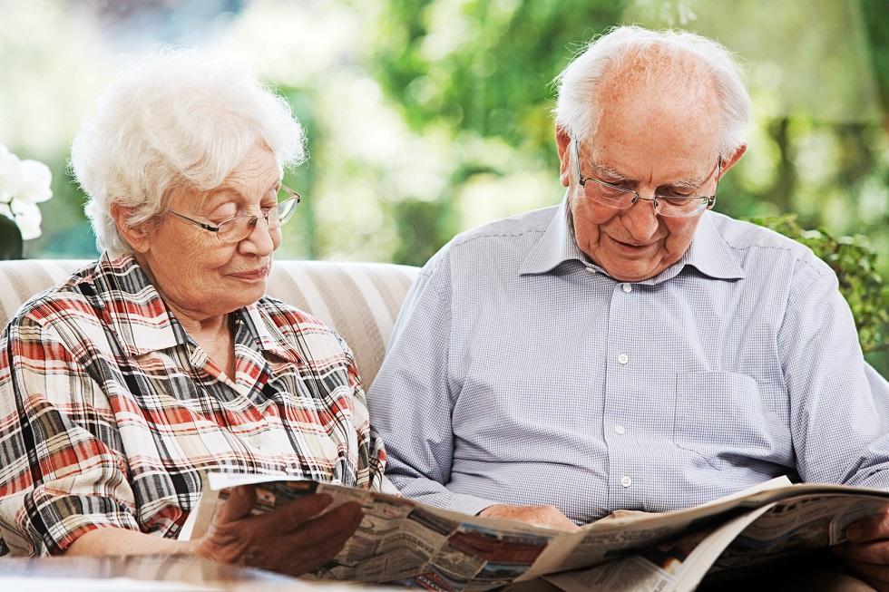Senioren beim Zeitunglesen BANNER